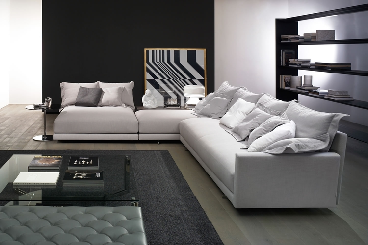 Salon con sofa en blanco