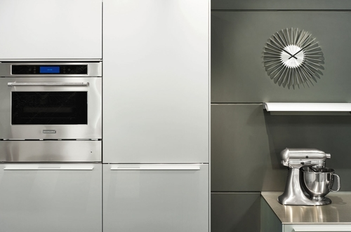 Cocina decorada con reloj de pared Twister de Present time