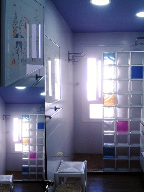 Cuarto de baño con color
